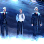 "Finale ""nostalgia"" di XFactor: Robbie Williams sul palco con i Take That"