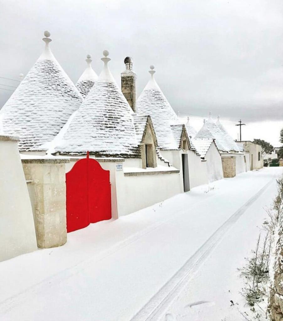 Neve sui trulli: il fascino della Puglia imbiancata