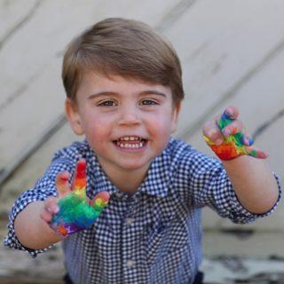 La meravigliosa normalità della foto di Louis, che festeggia 3 anni