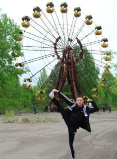 Quei selfie in posa, sorridenti e svestiti, davanti all'orrore di Chernobyl