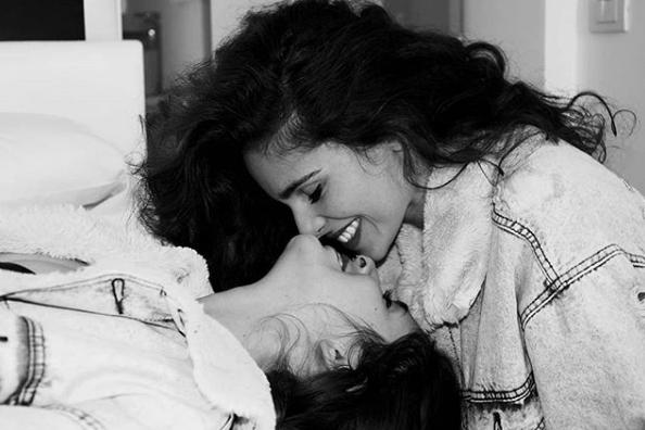 """Come Erika e Martina usano """"le perle degli omofobi"""" che insultano i loro baci"""