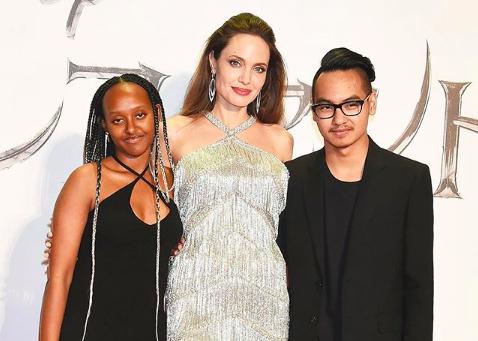 Angelina Jolie posa nuda e mostra le sue cicatrici visibili e non
