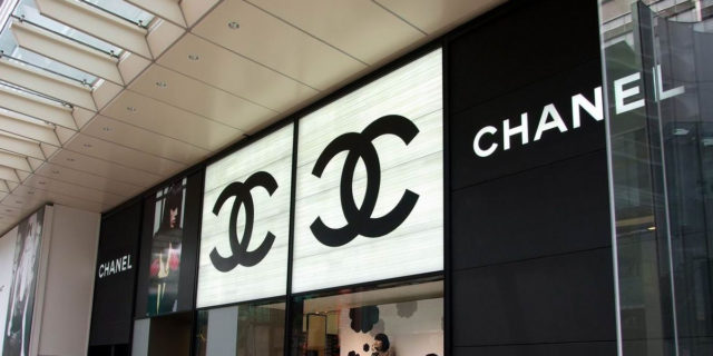 Coronavirus: il gesto bellissimo di Chanel, che evita anche la cassa integrazione