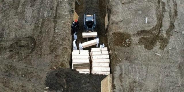 Covid-19 a New York, l'America distrutta davanti alle foto delle fosse comuni