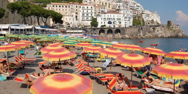 Spiagge, le regole: distanziamento anche in acqua e spiagge libere da prenotare