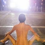 """Nuda contro la polizia: così """"Naked Athena"""" diventa il simbolo delle proteste"""