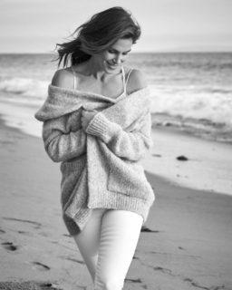 Il motivo per cui molte donne stanno postando foto di se stesse in bianco e nero