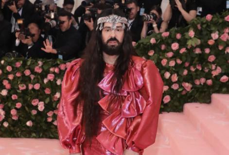 """Gucci: la rivoluzione gender fluid del primo """"abito da uomo"""" di Alessandro Michele"""