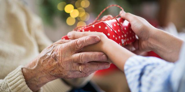 Nipoti di Babbo Natale: come fare un regalo ai nonni in RSA in quest'anno di solitudine