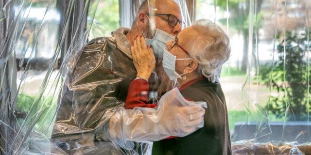 Covid-19, una volta vaccinati potremo riabbracciare gli anziani nelle RSA?