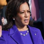 Il significato del cappotto viola di Kamala Harris alla cerimonia di insediamento