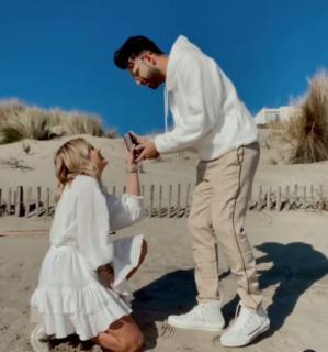 Lei, Romy, chiede a lui, Anil, di sposarla: la proposta è dolcissima