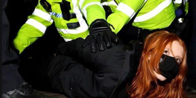 La veglia repressa per Sarah Everard, rapita e uccisa da un poliziotto mentre rincasava
