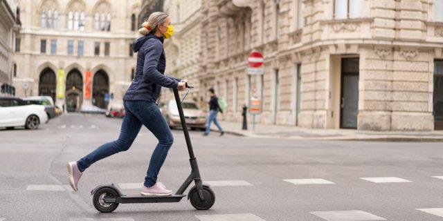 Monopattino elettrico: in arrivo nuove regole tra cui casco e assicurazione
