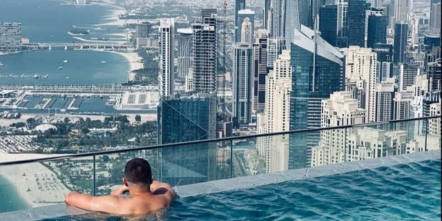 Questa è la piscina a sfioro più alta del mondo