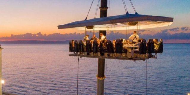 Come prenotare Dinner in the Sky in Italia, la cena sospesa a 50 metri d'altezza