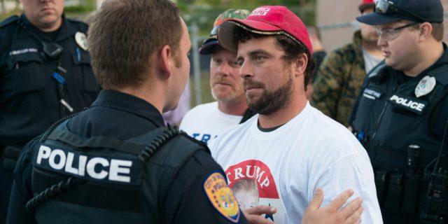 Perché 7 poliziotti hanno fatto causa a Donald Trump per l'attacco al Congresso