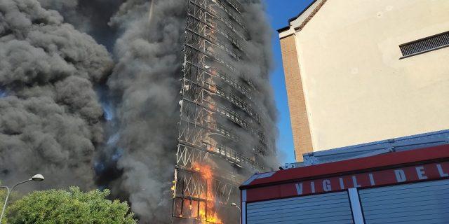 C'è anche Mahmood tra i residenti del palazzo in fiamme di Milano