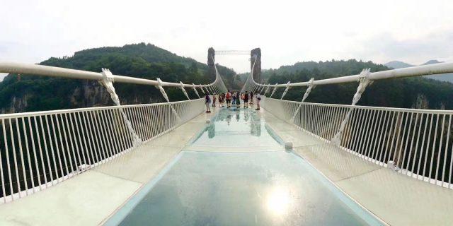 Questo è il ponte di vetro sospeso più alto del mondo (da cui fare bungee jumping)