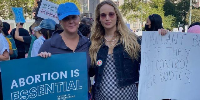"""""""Io senza utero e lei incinta"""": Amy Schumer e Jennifer Lawrence in difesa dell'aborto"""