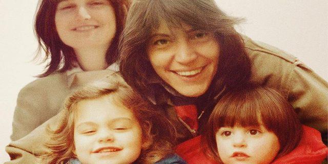 Nuclear Family: il racconto (profondo) di una donna cresciuta con due madri