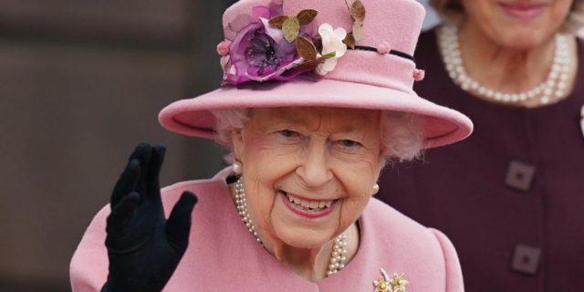 Preoccupazione per la Regina Elisabetta: ha trascorso una notte in ospedale