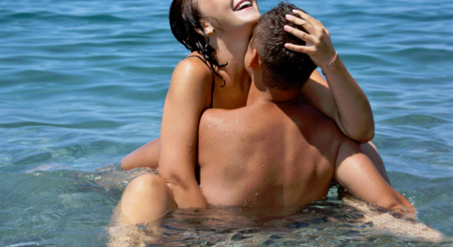 sesso in acqua: abbraccio acquatico