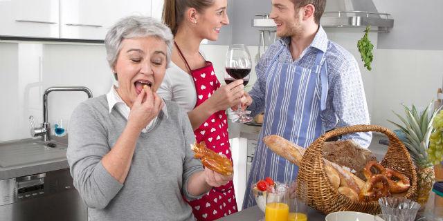 suocera contro nuora in cucina