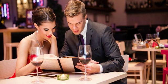 Come vi comportate a cena con il vostro partner? Ecco che coppia siete!