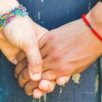 Il modo in cui ti tiene la mano dice esattamente cosa prova per te