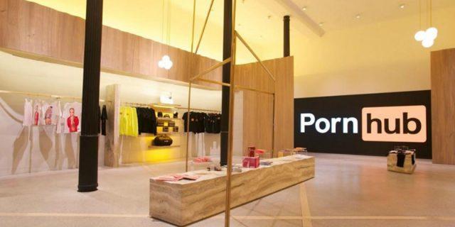 Pornhub apre il primo hard store europeo natalizio a Milano