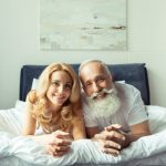 Perché alcune donne sposano uomini molto più vecchi