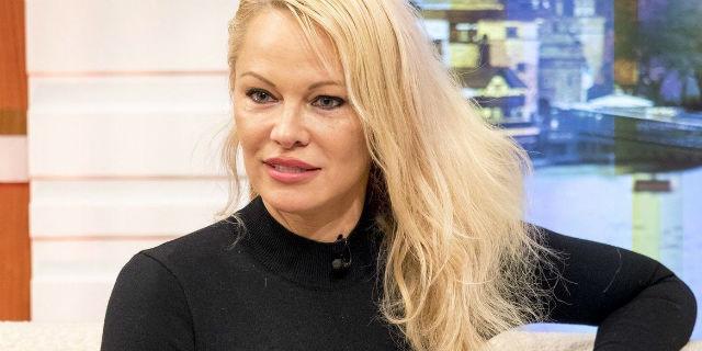 """Pamela Anderson: """"la mia nuova vita tra menopausa e un amore 18 anni più giovane"""""""