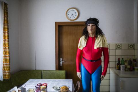 Chi sono i Female Maskers, gli uomini che si travestono da bambole sensuali