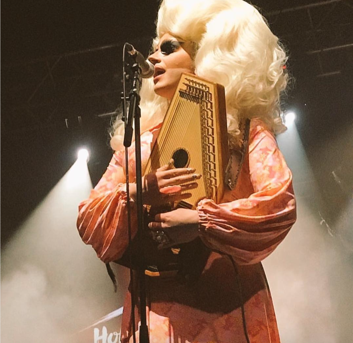 Chi è Trixie Mattel, la Drag Star metà Dolly Parton, metà Barbie