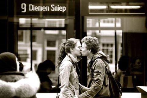 Un bacio da ogni città del mondo: lo straordinario progetto di Ignacio Lehmann