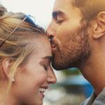 5 significati di un bacio in fronte se a darlo è il nostro partner