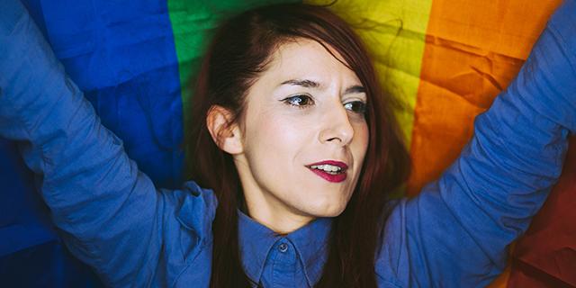 Basta liquidare (o mettere a tacere) le donne e gli uomini bisessuali come gay