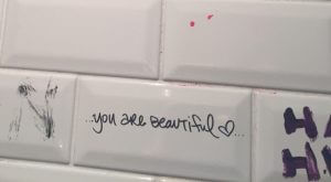 """""""Ho letto 1000 scritte nei bagni e ho capito queste differenze tra uomo e donna"""""""