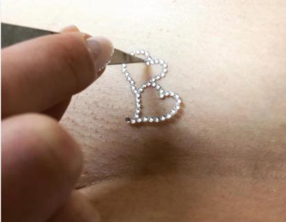 Vajazzling, la decorazione che fa splendere la vagina: chi la fa e controindicazioni