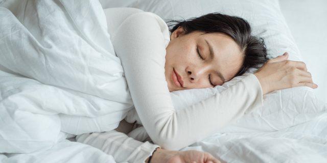 Parliamo di sonnofilia: perché essere toccate o toccati mentre si dorme è abuso