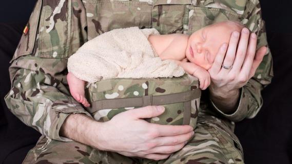 Mio Papà È Un Soldato: Adorabili Bambini In Posa Per Beneficenza