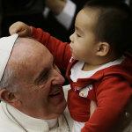 """Papa Francesco: """"Mamme, Allatate i Vostri Figli Anche in Chiesa"""""""