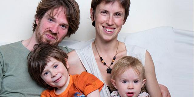 Allattamento a 5 anni, niente scuola e non solo: la scelta dei genitori Adele e Matt che fa discutere