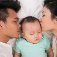 Bambini nel letto: vantaggi e svantaggi del co-sleeping