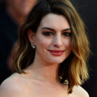 """Anne Hathaway e la foto Instagram con un messaggio alle neo mamme: """"Non vergognatevi. È tutto amore!"""""""