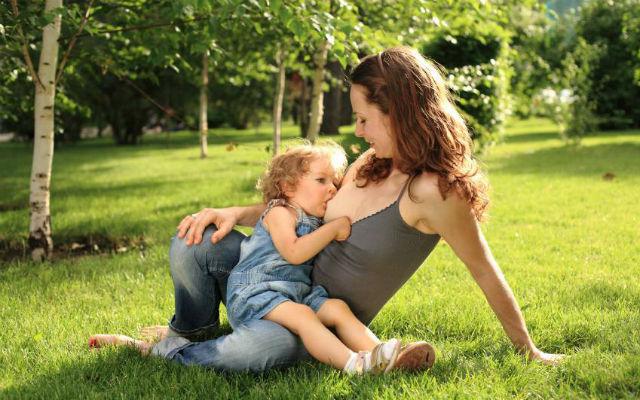 Allatta al seno la figlia di 7 anni