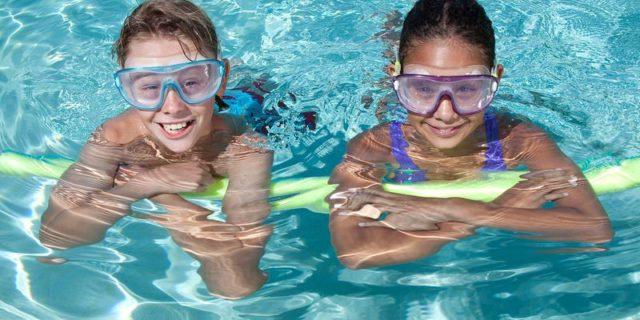 Perché andare in piscina renderà il tuo bambino più felice