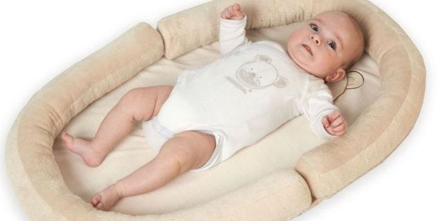 Riduttore per lettino: spesa inutile o strumento validissimo per le neo mamme?