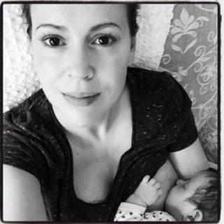 Dalla Riccobono alla Ecclestone: la scelta vip di allattare fino a 2 anni e oltre
